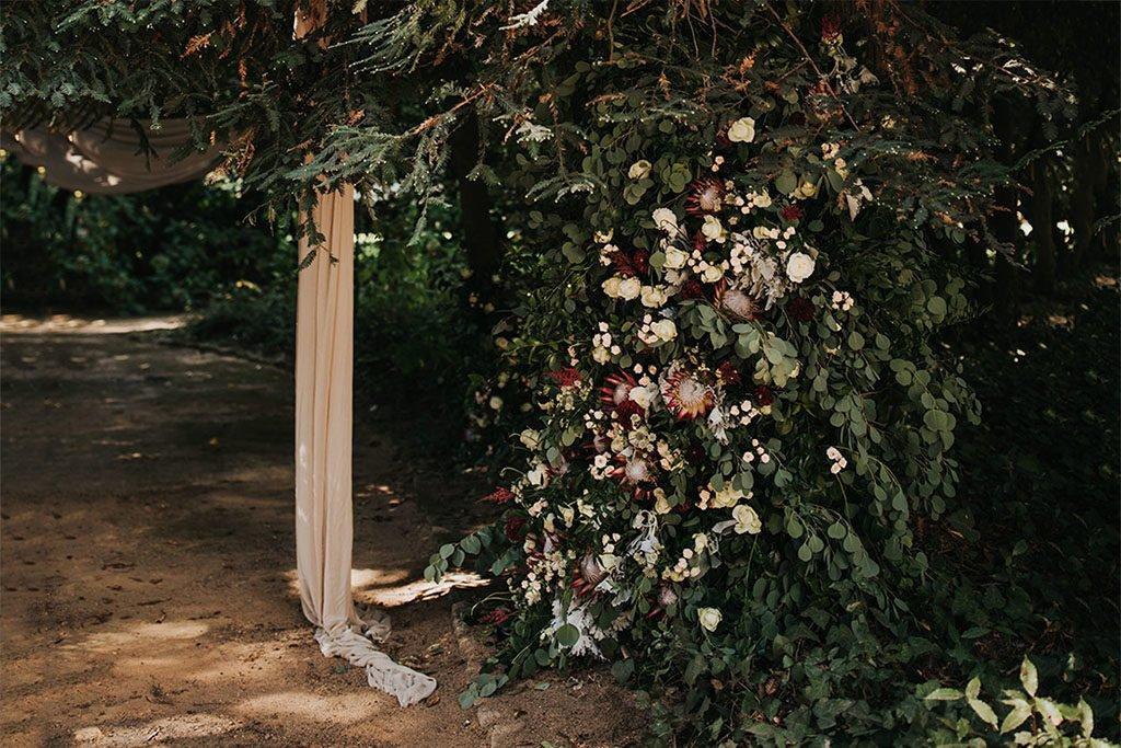 DIY Pompöse Blumenranke als Highlight zur Hochzeit