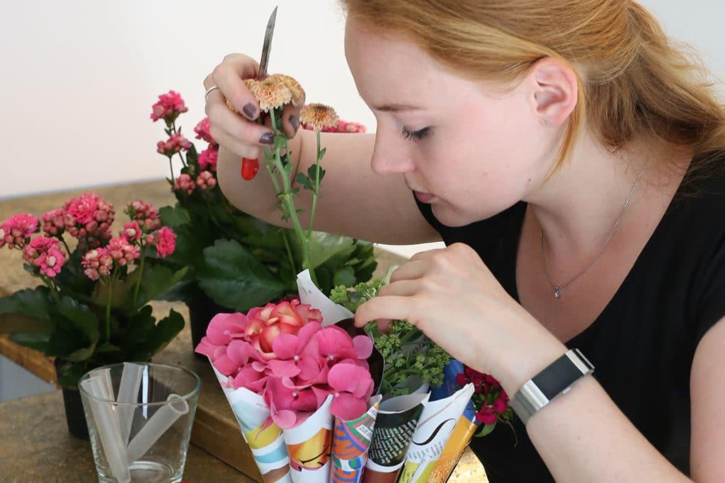 DIY bunter Wundertüten Strauß mit Sommerblumen