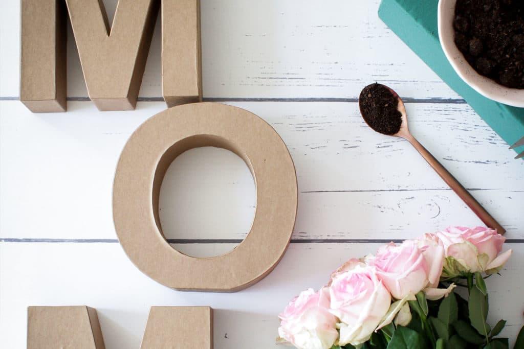 DIY Buchstaben aus Blumen zum Muttertag