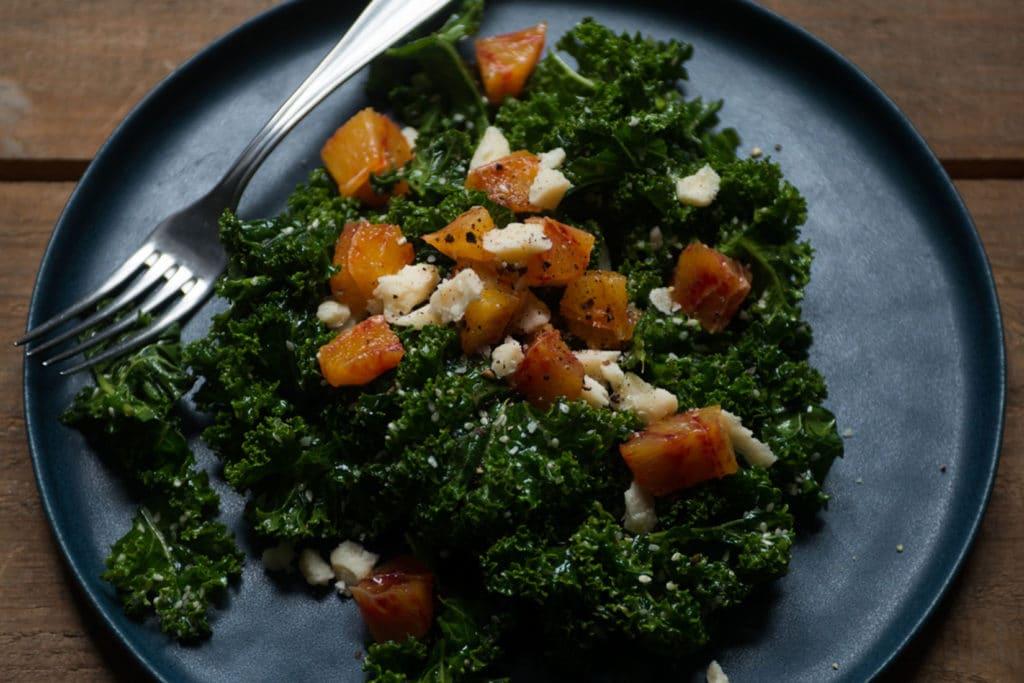 Grünkohlsalat mit Blutorangen und Parmesan