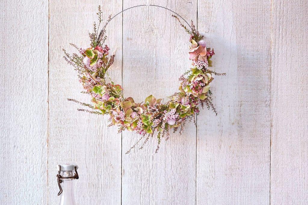 DIY herbstlicher Blumenkranz aus Bindedraht