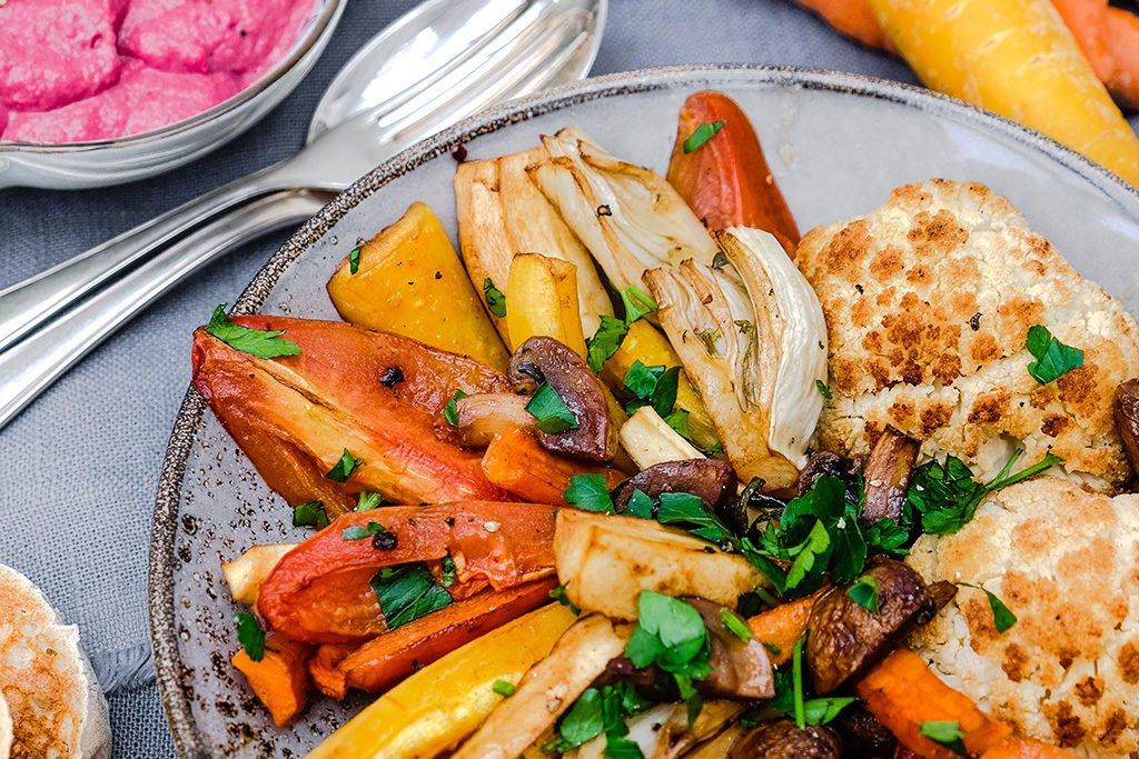 Rote Beete mit Hummus und buntem Ofengemüse