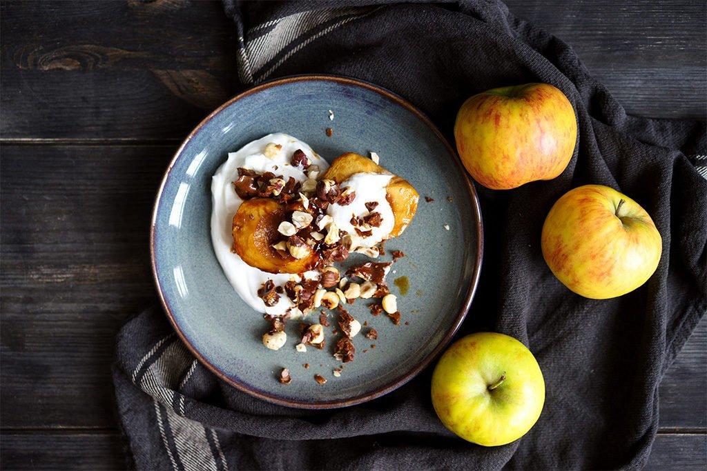 Winterliche Karamell-Äpfel mit Haselnuss-Krokant