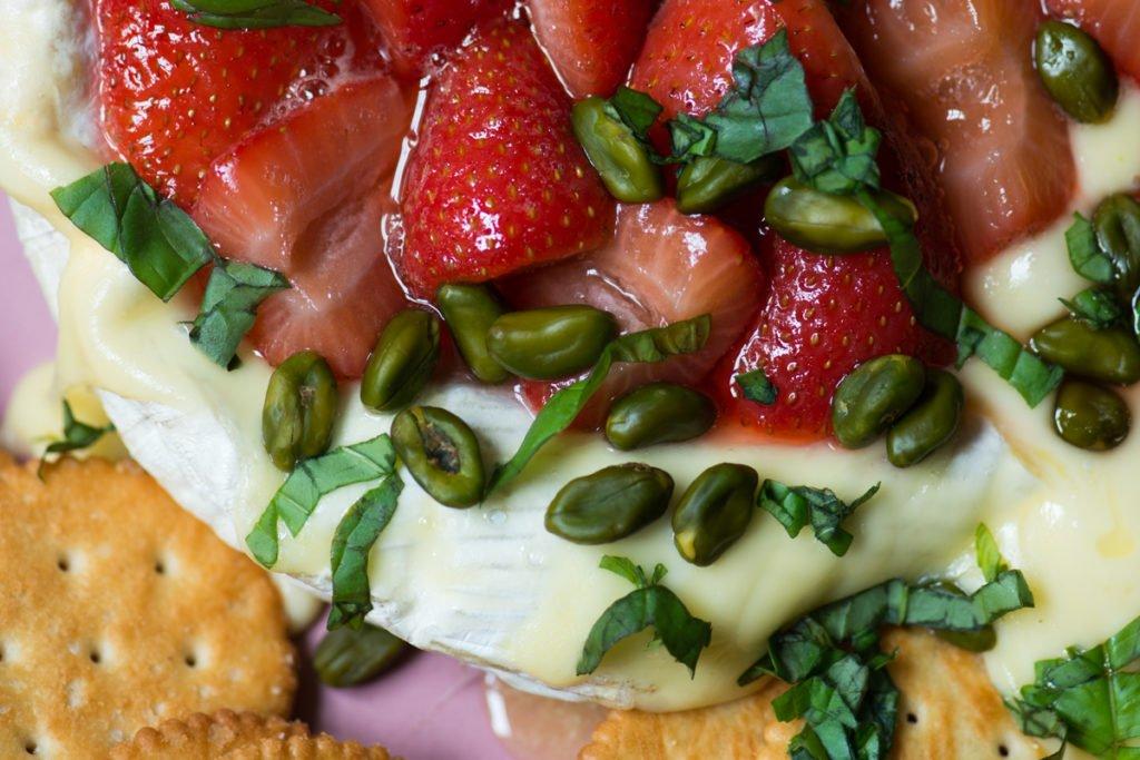 Brie mit Balsamico-Erdbeeren