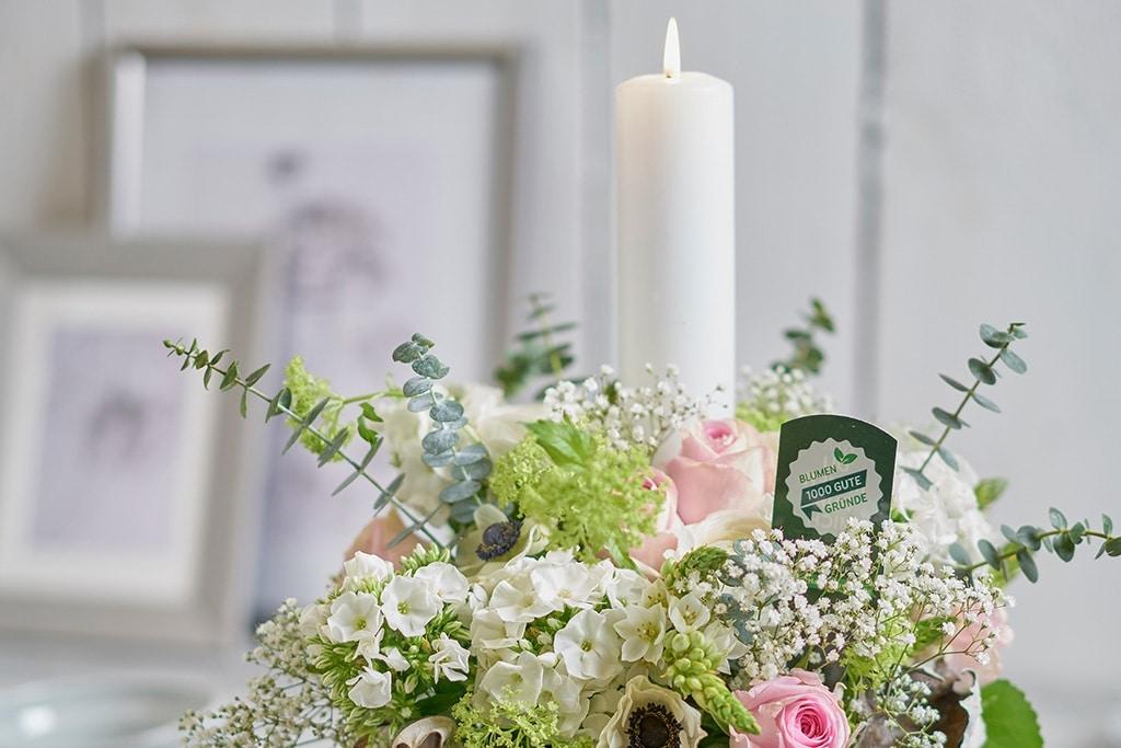 DIY Gesteck mit Blumen und Kerze