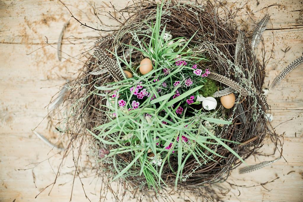 DIY Osternest mit Blumen und Zweigen