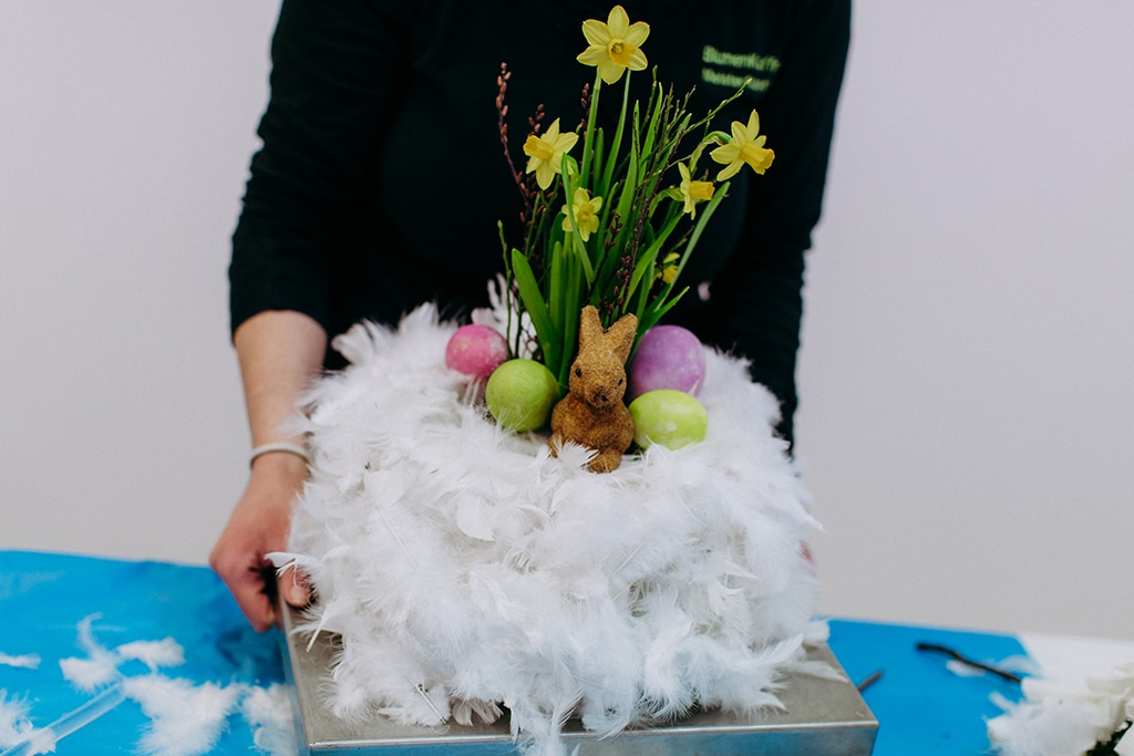 DIY Osternest mit Federn und Blumen