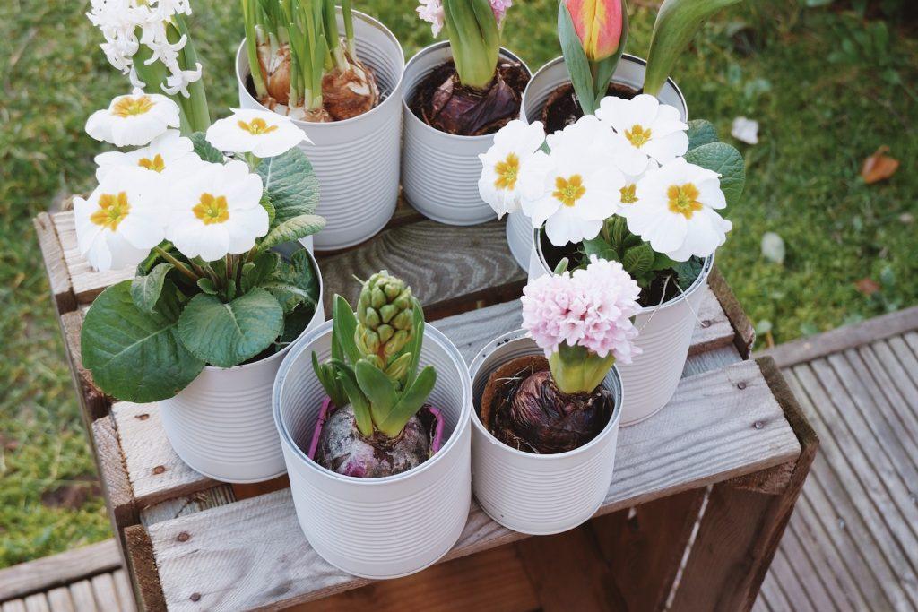 Frühlingshafter DIY Blechdosen-Kranz