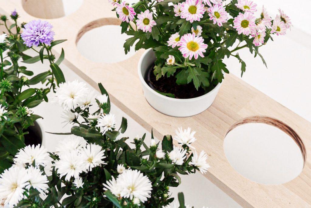 DIY Blumen-Holzbank als Tischdeko