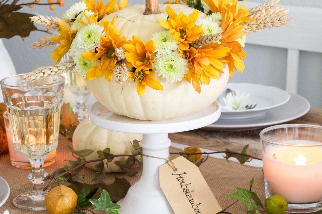 DIY Herbstliche Tischdeko mit Kürbisvasen