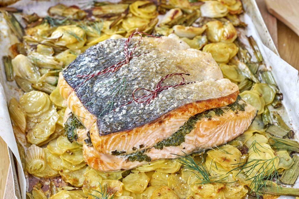 Gefüllter Ofenlachs auf dem Kartoffelbett