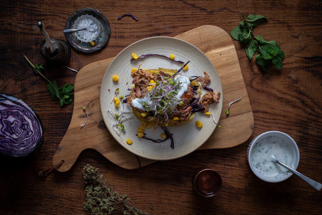 Kumpir mit Pulled Pork, Gemüse und Minzjoghurt