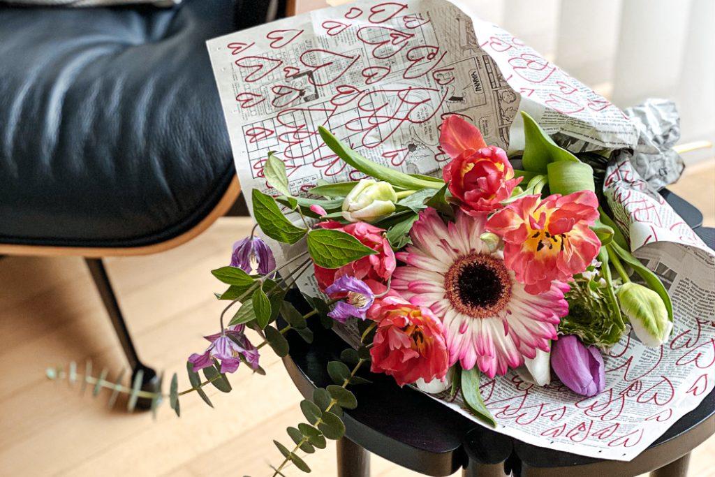 DIY Blumen-Geschenkpapier und Herztopper