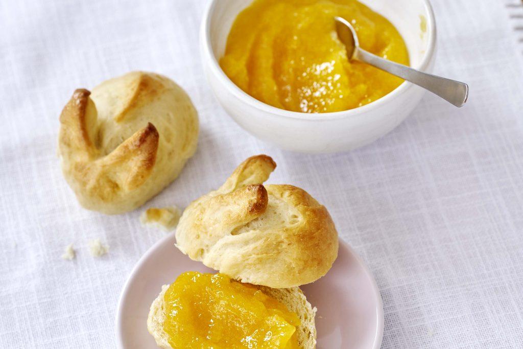 Osterhasenbrötchen mit Mango-Ananas-Orangen-Konfitüre