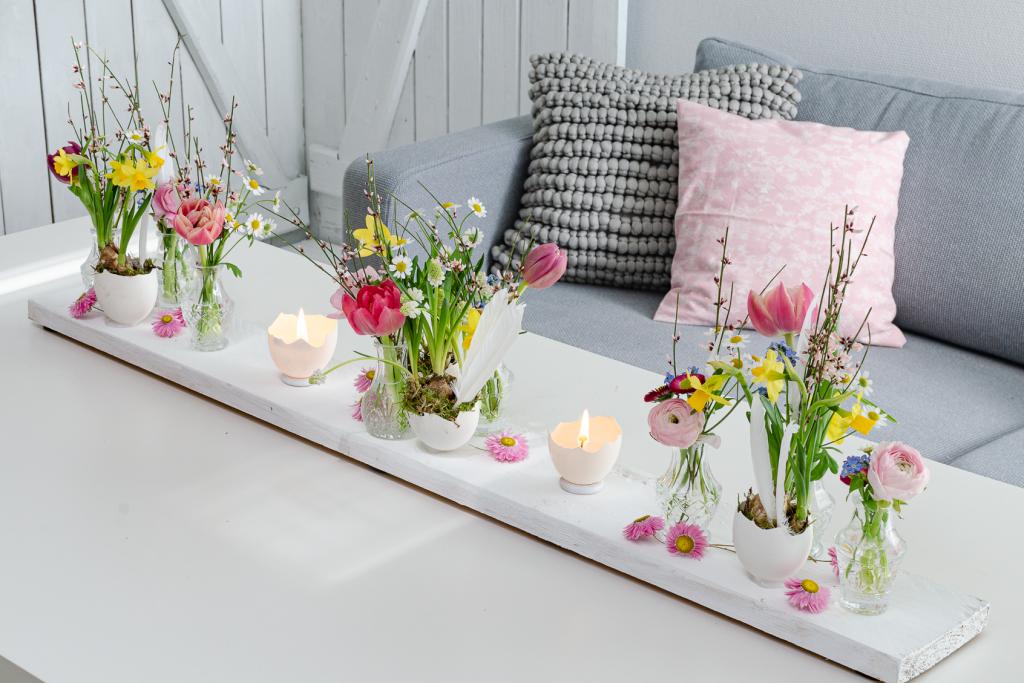 DIY: Bunte Tischdeko zu Ostern mit frischen Frühlingsblumen