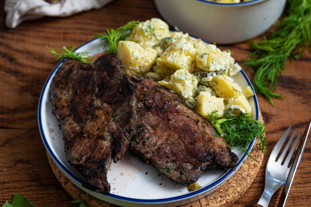 Bärlauch Nackensteaks mit einem schnellen Kartoffelsalat