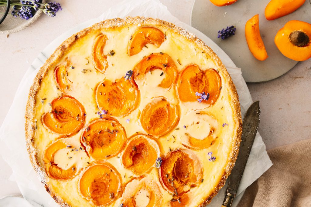 Schmand-Tarte mit Lavendel und Aprikosen